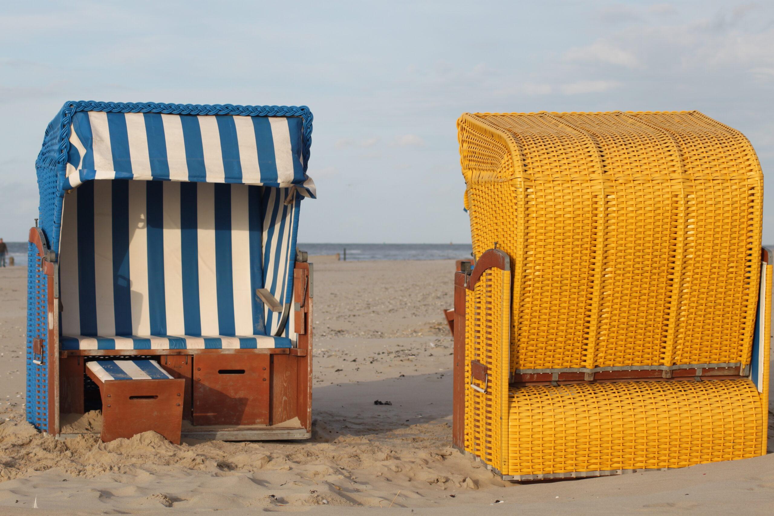 Bijna vakantie! Strandstoelen op het strand Coaching bij Dees