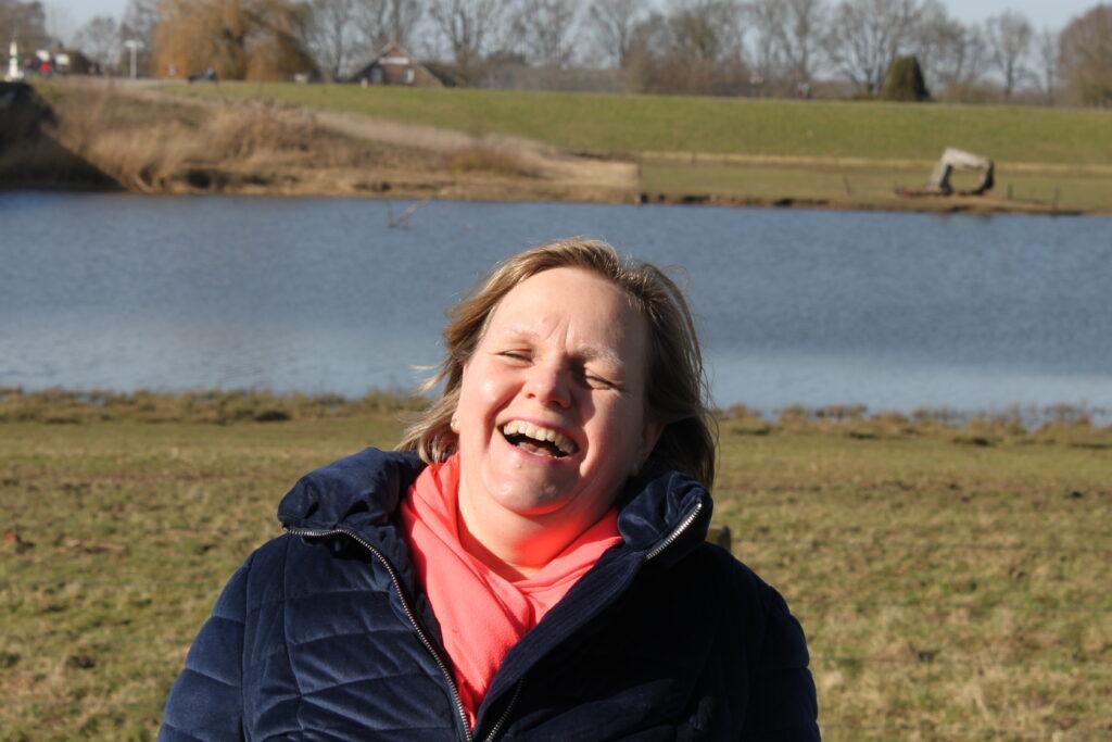 Lachende en vrolijke provocatief coach Desirée Braams van  Coaching bij Dees